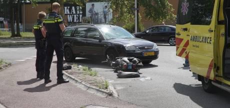 Scooterrijder aangereden op 'beruchte' rotonde in Deventer