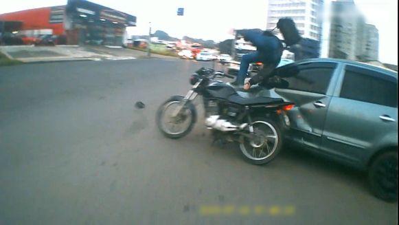De motorrijder knalt frontaal in tegen de wagen