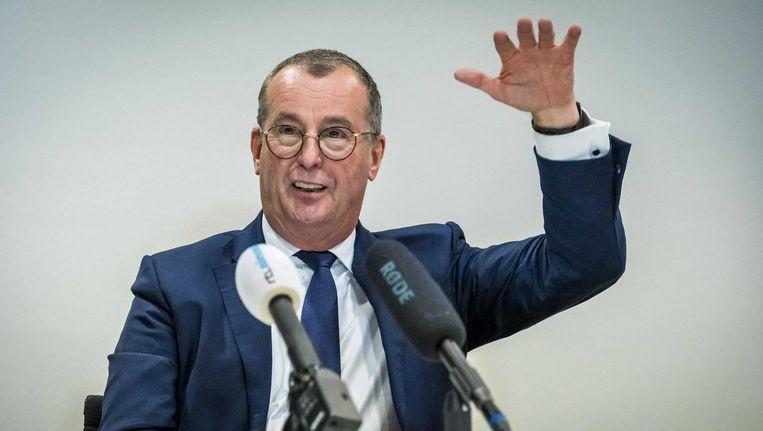 Vergadervoorzitter Hans Alders legt uit waarom een gezamenlijk advies over Schiphol niet is gelukt. Beeld Lex van Lieshout/ANP