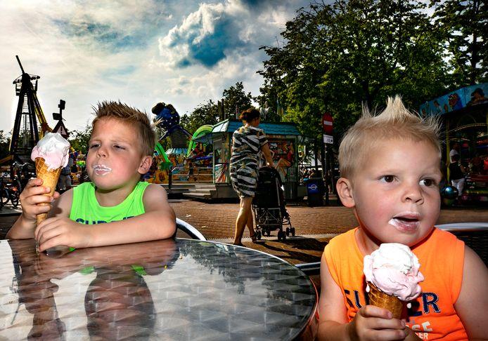 Zomerse temperaturen op het terras van ijssalon Italia op de markt van Deurne, tijdens de kermis eten Stef en Niek uit Deurne-Zeilberg een ijsje