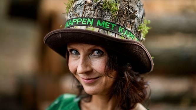 Gekapte boom als hoed: Esther Ouwehand maakt statement tegen biomassasubsidies