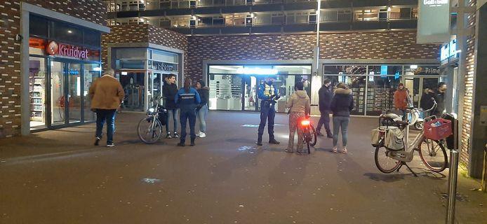 Op Winkelcentrum Keizerslanden in Deventer alleen verschillende mensen die nog even net voor de avondklok wat boodschapjes willen halen.