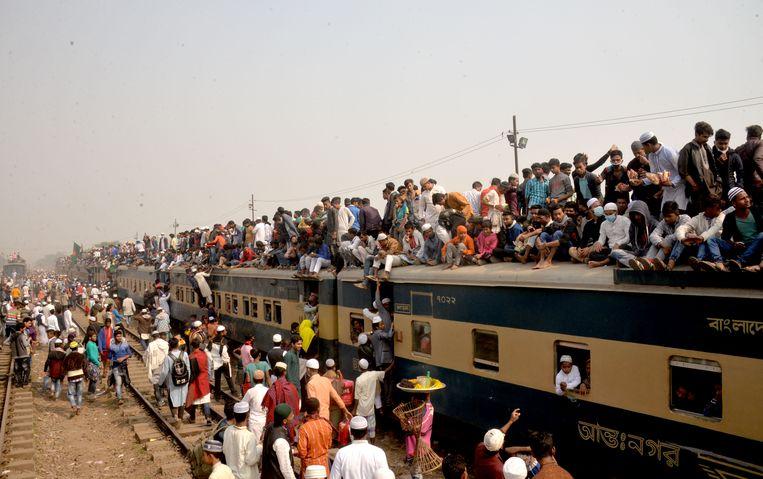Nu al een alledaags beeld in Bangladesh, straks misschien wel een wereldwijd probleem: veel te veel mensen op veel te weinig ruimte. Beeld BELGAIMAGE