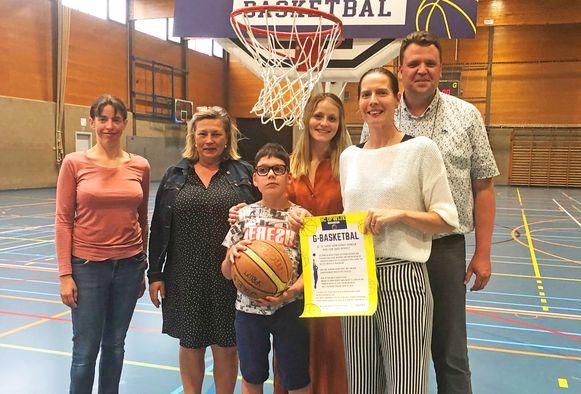Lowie Spruyt met de initiatiefnemers van de G-basket.