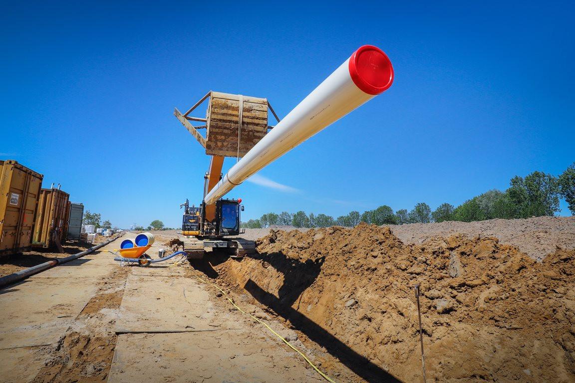 Werknemers van bouwbedrijf Heijmans beginnen na de zomervakantie met de aanleg van een nieuwe transportleiding voor drinkwater tussen Den Ham en Wierden.