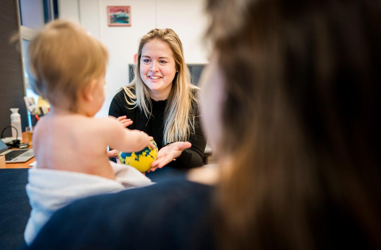 Een jeugdverpleegkundige in Zuid-Holland aan het werk. Beeld Freek van den Bergh / de Volkskrant