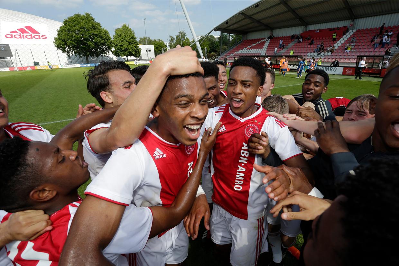 Quinten en Jurriën Timber vieren met Ajax Onder 19 het kampioenschap na de wedstrijd tegen Feyenoord, juni 2019. Beeld Getty Images