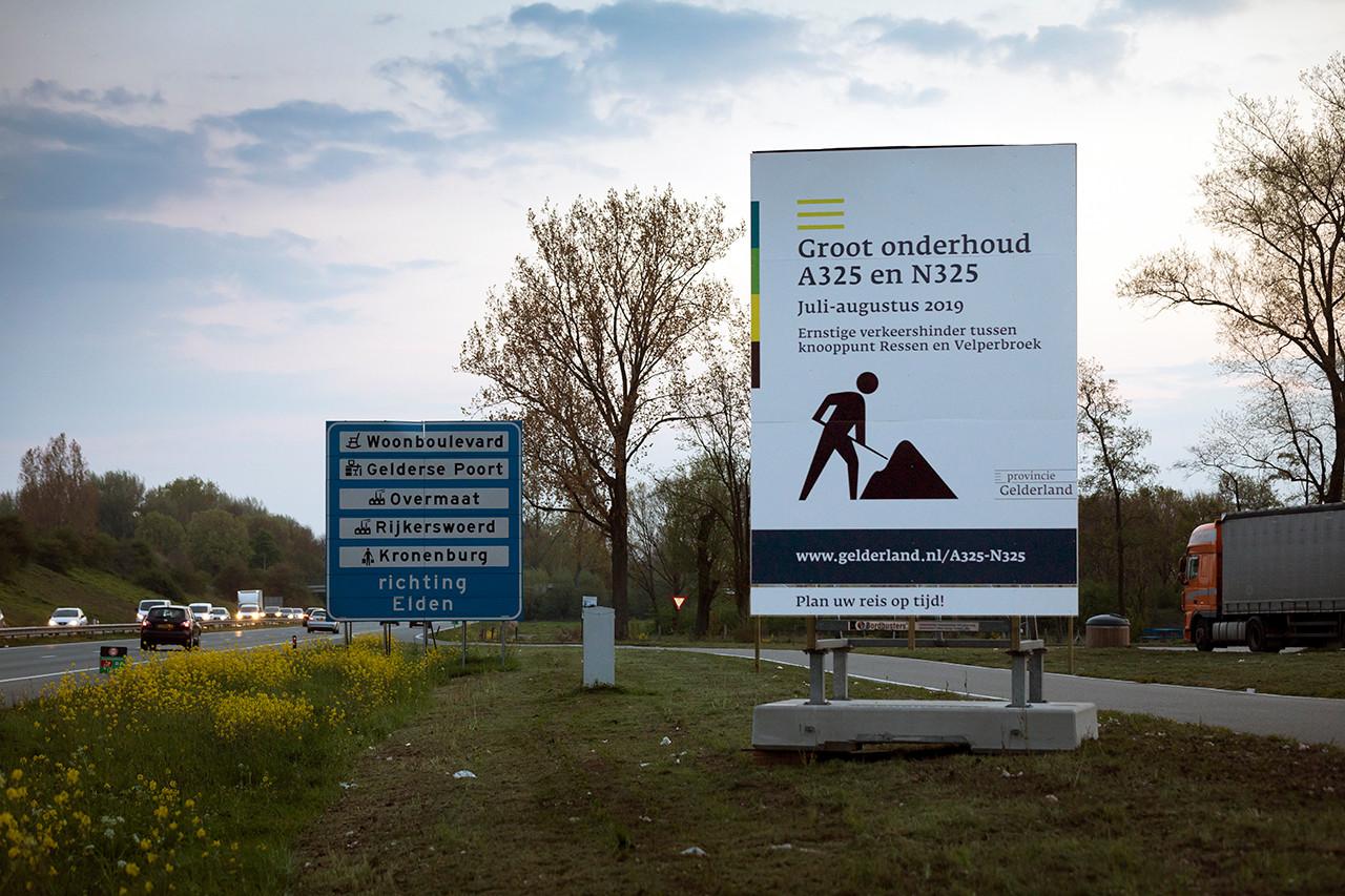 De provincie Gelderland probeert de weggebruiker op allerlei mogelijke manieren duidelijk te maken dat er wordt gewerkt aan de A325.