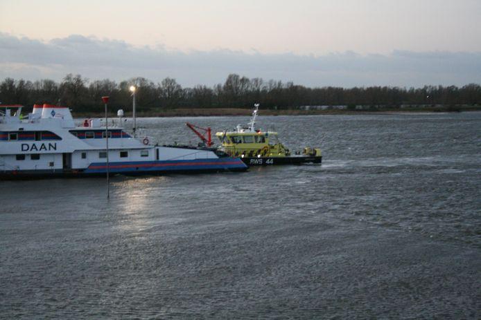Het vrachtschip in de Waal ter hoogte van de Waaldijk in Opijnen.