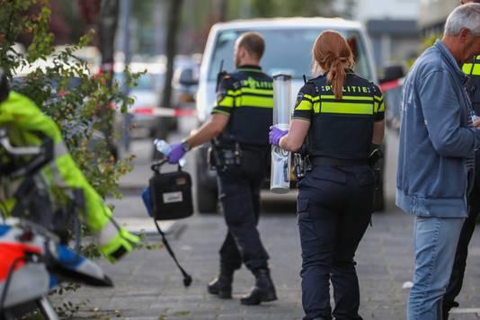 De kleinkinderen van de vrouw werden volgens een buurman opgevangen in een politiebusje.