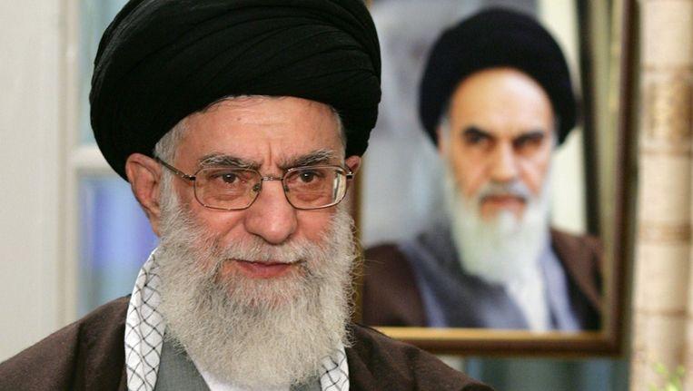 Ayatollah Ali Khameini, naast een portret van zijn voorganger Ruhollah Khomeini. Beeld UNKNOWN