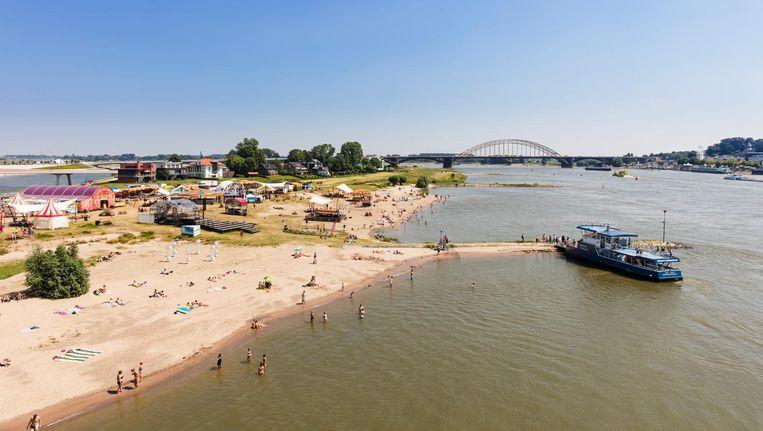 Het Rivierpark dat bij Nijmegen in de Waal is aangelegd, is populair bij roeiers, zonaanbidders en rustzoekers. Beeld