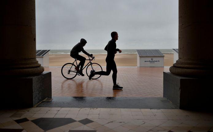 Joggen voor de kust van Oostende.