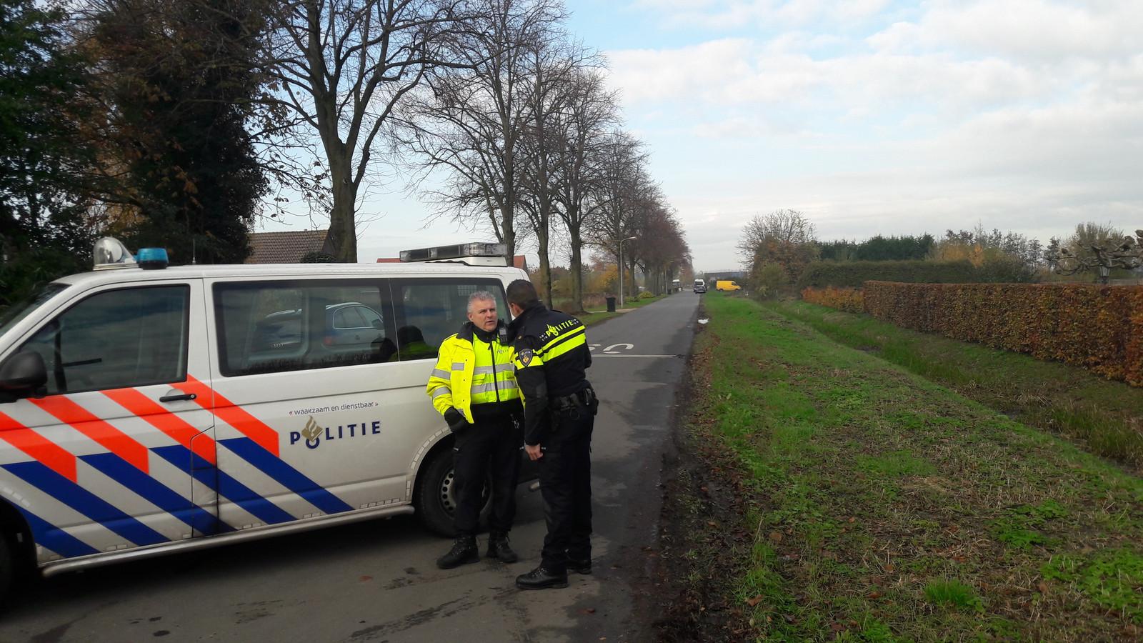 Politie houdt de wacht bij het woonwagenkamp.