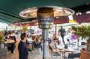 Op de Amsterdamse terrassen is het vanwege het weer niet erg druk. Maar de meeste ondernemers zijn inventief en gebruiken partytenten en verwarmen hun terrassen zodat er toch wat mensen gebruik maken van hun diensten.