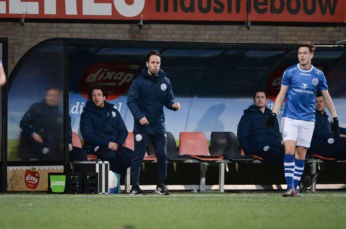 FC Den Bosch-trainer Erik van der Ven (staand) coachte zijn ploeg vrijdagavond met jeugdtrainer William van Overbeek (uiterst rechts, schuin achter speler Ringo Meerveld) en 'vrijwilliger' Paul Verhaegh (naast Van Overbeek) als assistenten.