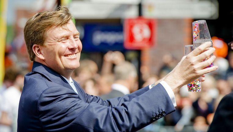 Koning Willem-Alexander bedankt het publiek op de route tijdens een wandeling door Amstelveen. Beeld anp