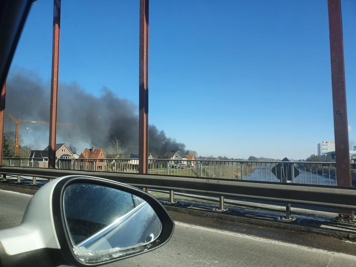 De brand zorgt voor een zwarte rookpluim.