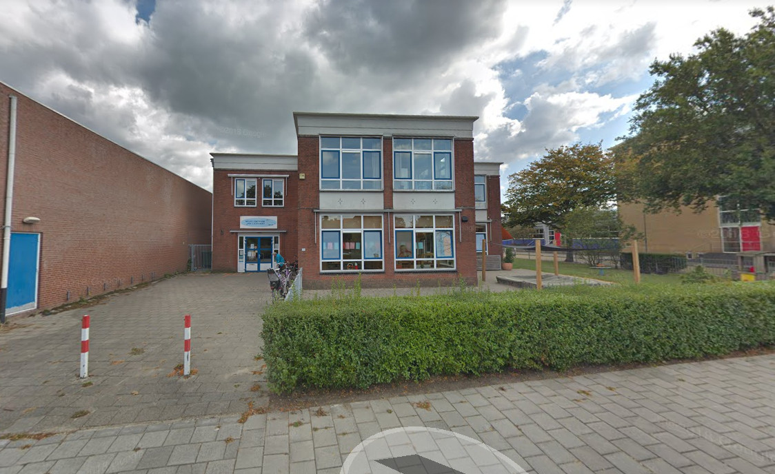 Het wijkcentrum Jan Ligthart in Goes-Oost. Het gespaarde geld voor na de opknapbeurt zit de wijkvereniging nu in de weg voor subsidie.