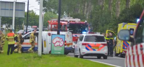 Brandweer bevrijdt twee beknelde personen uit gekantelde auto in Alblasserdam