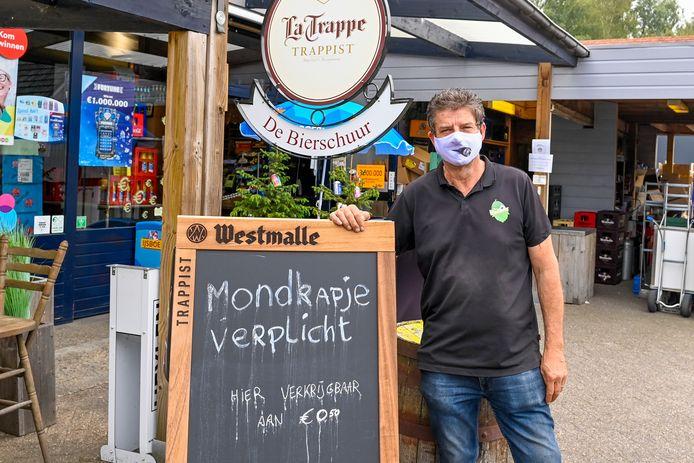 Rick Vermeulen van De Bierschuur net over de Belgische grens in Poppel verkoopt de verplichte mondkapjes, voor Nederlanders die er eentje vergeten zijn mee te nemen.