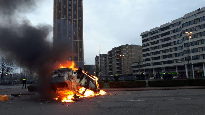 De brandende ProRail auto voor het station.