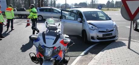 Inzittende van auto raakt gewond door aanrijding met vrachtwagen in Haarle