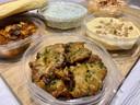 De mezzeschotel van Dolice, met warme groenteflensjes en verschillende dips