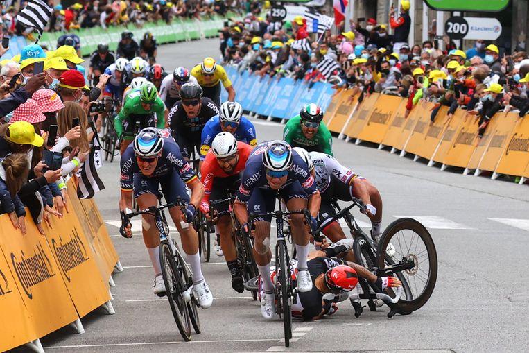 Peter Sagan en Caleb Ewan smakken tegen de grond in Pontivy, Tim Merlier (links) sprint weg en zal de etappe winnen. Beeld Photo News