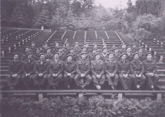 Canadese soldaten poseren voor een  groepsfoto in het Lochemse openluchttheater.