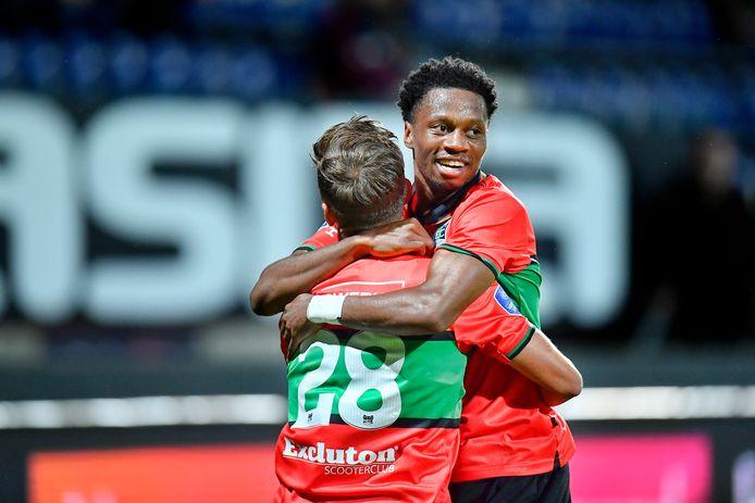 Jonathan Okita omhelst Bart van Rooij na de 0-1 van NEC tegen Fortuna Sittard.