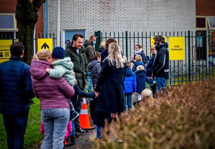 Verleden week stond er een rij bij de nieuwe testlocatie in Bergschenhoek. Toen lieten medewerkers, kinderen en hun huisgenoten van meerdere scholen, de kinderopvang en de buitenschoolse opvang zich testen.