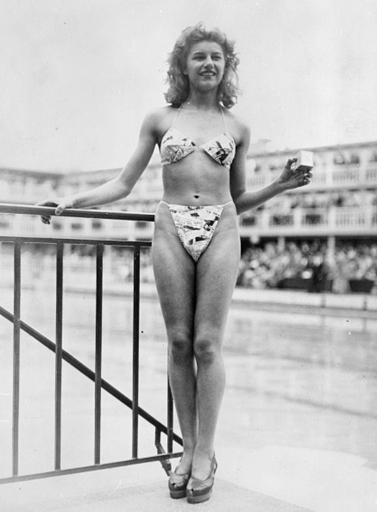 De 19-jarige Micheline Bernardini, ze danst in het Casino de Paris, met een vroeg model van de bikini. In het doosje in haar linkerhand houdt ze een doosje waarin haar hele badkostuum past. Beeld Getty Images