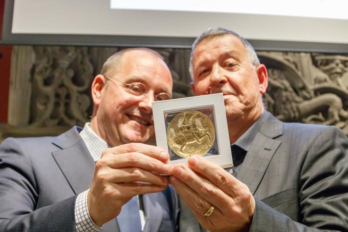 De plaquette werd in ontvangst genomen door wethouder Arjan van der Weegen en directeur cultuurbedrijf Cees Meijer.