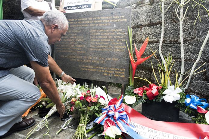 Nabestaanden herdenken de Decembermoorden met bloemen en een kranslegging in Fort Zeelandia