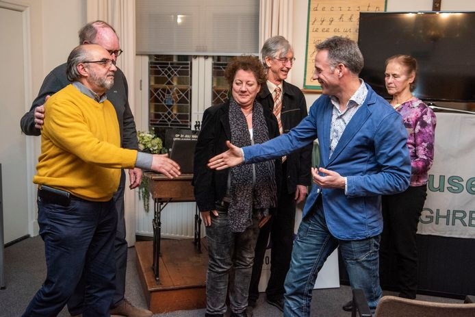 Twee winnaars,  cultureel centrum De Weeghreyse. Uitreiking door wethouder Twan Zopfi.  (Tweede winnaar Henk Groenhuis, kunstenaar, beeldhouwer, corsowagen ontwerper en bekend van het Corsomeisje.)