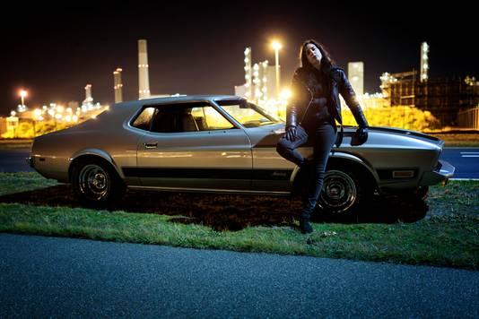 Ryanne van Dorst rijdt voor het tv-programma Nachtdieren in een oude Ford Mustang kriskras door Nederland op zoek naar nachtleven.