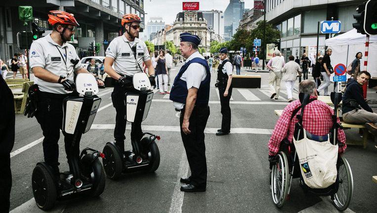 Ook de politie paste zich aan de verkeersvrije binnenstad aan. Beeld Tim Dirven