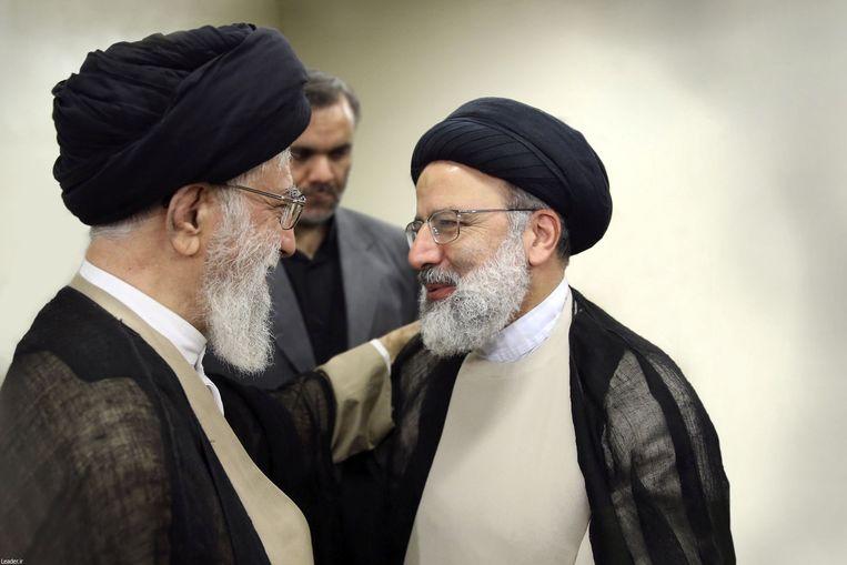 Opperste Leider ayatollah Ali Khamenei (links) met de zojuist door hem tot hoofd van de rechterlijke macht benoemde Ebrahim Raisi.  Beeld REUTERS