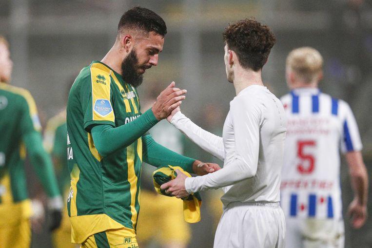 ADO-speler Ricardo Kishna was na afloop geëmotioneerd. Mitchell van Bergen van Heerenveen geeft hem een troostende hand. Beeld ANP