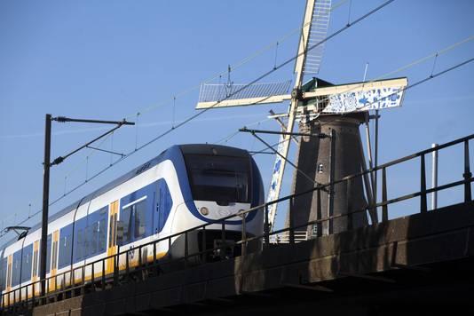 Trein passeert over het spoorviaduct van Delft.