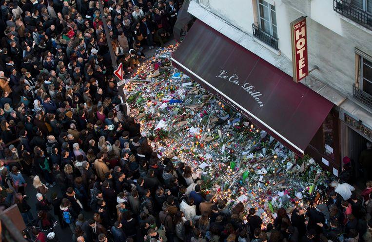 Een zee van bloemen en mensen aan de plek des onheils.Salines: 'Het jihadistisch terrorisme is nog steeds een gevaar in Frankrijk.' Beeld EPA