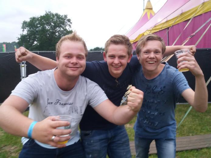 Luc, Rick en Jesse zijn met hun elftal van VIOS Beltrum in Hengevelde tijdens een teamuitje en genieten vooral van de sfeer.