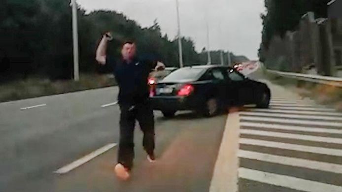 De dolgedraaide bestuurder reed de slachtoffers ter hoogte van Loppem klem en stormde met een ijzeren staaf op hun voertuig af.