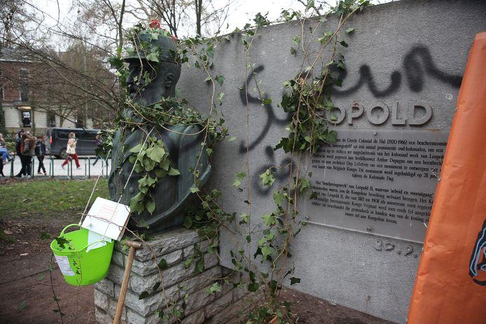 Het standbeeld van koning Leopold II was woensdagmiddag overwoekerd door klimop, een actie van Dekoloniseer Halle.