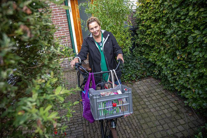 Annelies Kalisvaart brengt haar boeken in heel Zwolle rond.