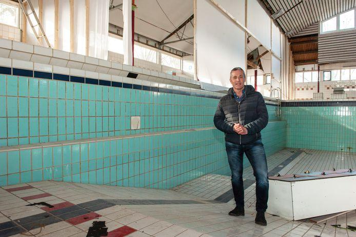 Tom Krispijn in het bassin van het vroegere Spaardersbad, dat wordt omgetoverd tot een binnentuin. In de wand achter hem komen vijf patrijspoorten van de slaapkamers van de nieuwe woningen.
