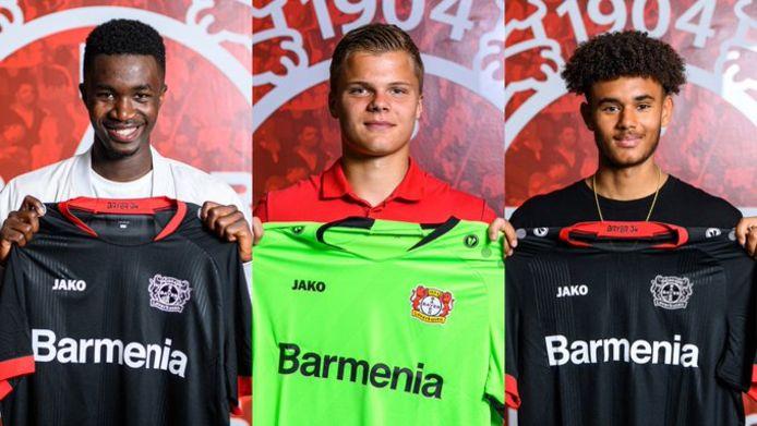 Bayer Leverkusen presenteert (vlnr) Abdul Sesay, Roy Steur (ex Ajax) en Jordan Zirkzee (ex Feyenoord) op het eigen Twitter-kanaal.