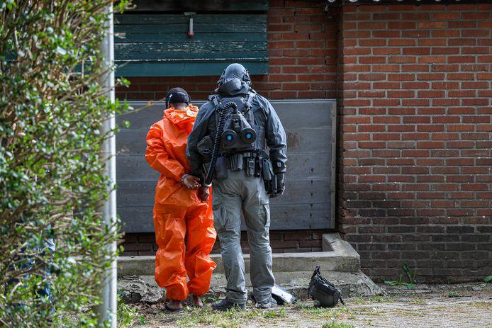 Eén van de verdachten wordt gearresteerd bij de inval in het drugslab in Drempt, mei vorig jaar.