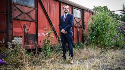 """Verloederde treinwagens en hoog opgeschoten onkruid: """"Grote schoonmaak station dringend nodig"""""""